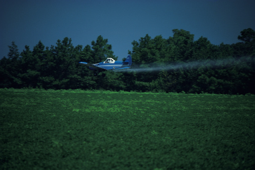 Insecticide「Crop duster flying over field」:スマホ壁紙(6)