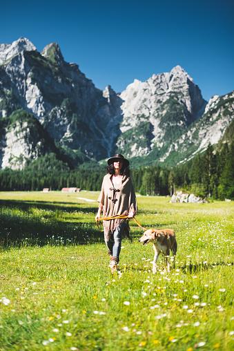 アケビ「山の犬と一緒に歩いている女性」:スマホ壁紙(13)