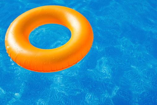 Tube「Swim ring in blue pool」:スマホ壁紙(4)