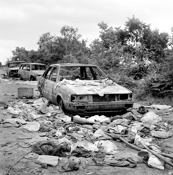 "Tom Stoddart Archive「Kosovo, ""Road of Death"", destroyed cars and belongings (B&W)」:写真・画像(19)[壁紙.com]"
