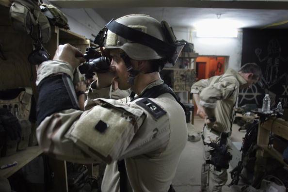 準備「U.S. Navy Seals Prepare For Night Mission In Fallajah」:写真・画像(8)[壁紙.com]
