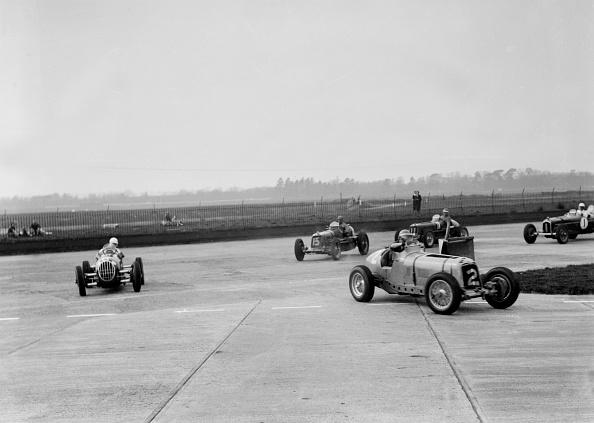 Curve「Racing cars taking a corner at Brooklands, Surrey, c1930s」:写真・画像(18)[壁紙.com]