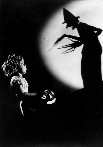 Shadow「Shirley Temple in the age of six years in front of an awe-inspiring Chinese shadow-figure, Photograph, Around 1935」:写真・画像(11)[壁紙.com]