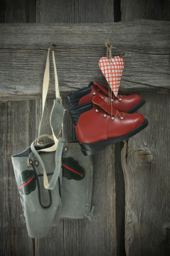 スキーブーツ「Leather trousers, skiboots and heart hanging on wooden wall」:スマホ壁紙(12)