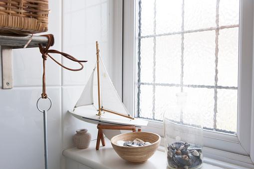 Frosted Glass「Bathroom window ledge with nautical ornaments」:スマホ壁紙(16)