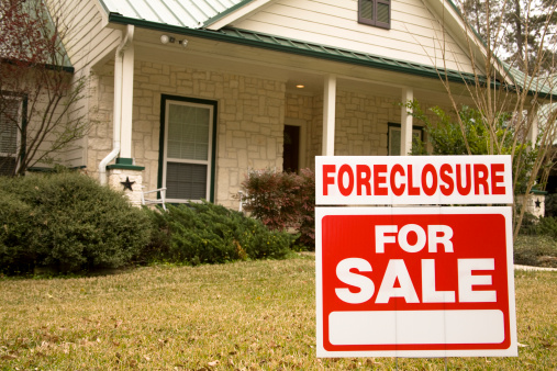 Distraught「Foreclosure for sale sign in front of house」:スマホ壁紙(19)