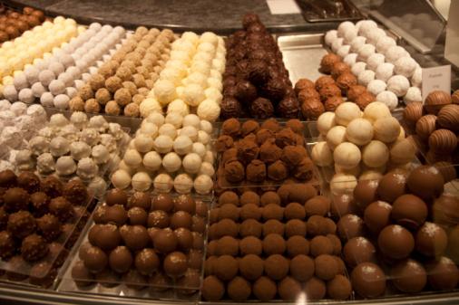 Conformity「chocolate truffles in shop display case.」:スマホ壁紙(2)
