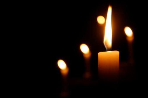 Praying「Candles Burning in Dark Church」:スマホ壁紙(15)