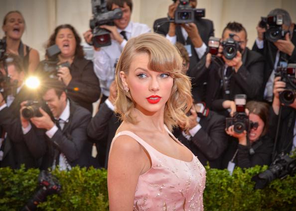 "Taylor Swift「""Charles James: Beyond Fashion"" Costume Institute Gala - Candids」:写真・画像(18)[壁紙.com]"