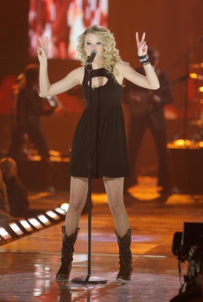 Brown「2008 CMT Music Awards - Show」:写真・画像(18)[壁紙.com]