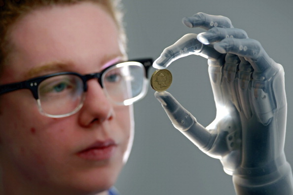 Hand「First Person In The UK To Be Fitted With The I-limb Ultra Revolution Bionic Hand.」:写真・画像(6)[壁紙.com]
