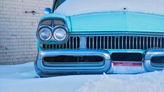 Restoring「Old classic car in the snow in Ashton, Idaho, United States of America」:スマホ壁紙(1)