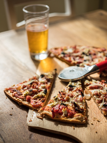 Brunch「Homemade Pizza on wooden table with Beer」:スマホ壁紙(14)