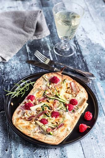 フォーク「Homemade pizza with zucchini, mozzarella, ricotta, bacon and raspberries」:スマホ壁紙(19)