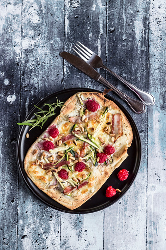 Pine Nut「Homemade pizza with zucchini, mozzarella, ricotta, bacon and raspberries」:スマホ壁紙(9)