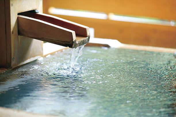 Water flowing into Hinoki open-air bath:スマホ壁紙(壁紙.com)
