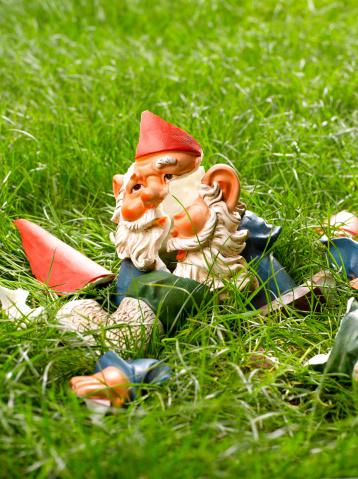 Garden Gnome「Smashed garden gnome on grass」:スマホ壁紙(16)