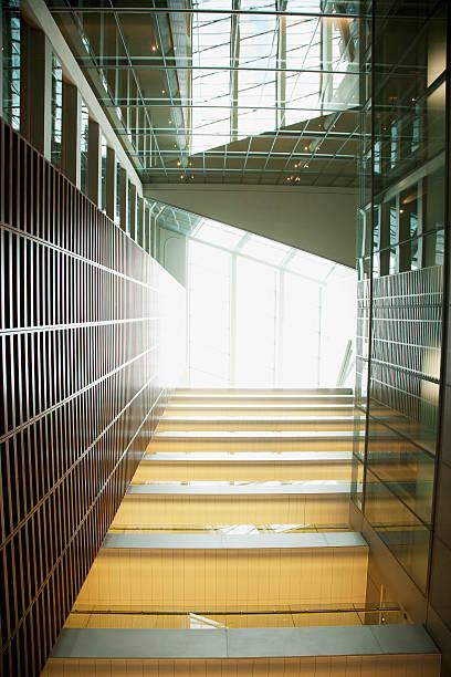 Atrium and walkways in modern office building:スマホ壁紙(壁紙.com)