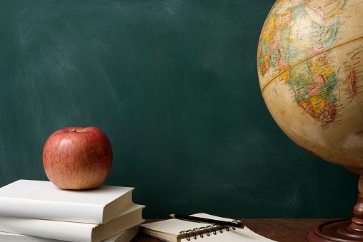 Desktop Globe「Red apple on stacked blank books with globe against blackboard」:スマホ壁紙(6)