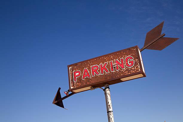 Rusty Parking Sign With Arrow Against Clear Desert Sky:スマホ壁紙(壁紙.com)