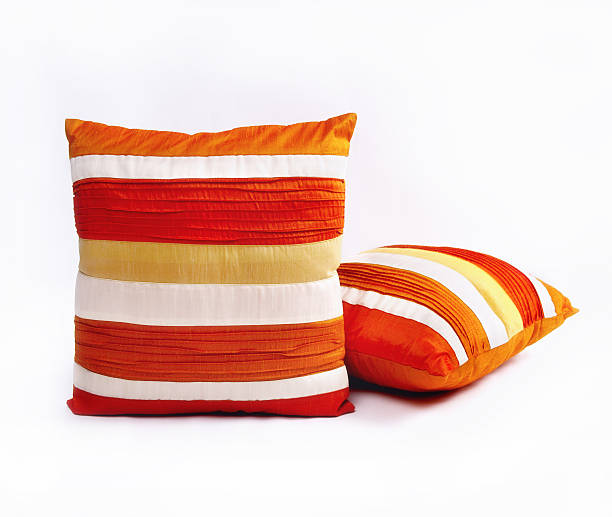 Red orange and white throw pillows on a white background:スマホ壁紙(壁紙.com)