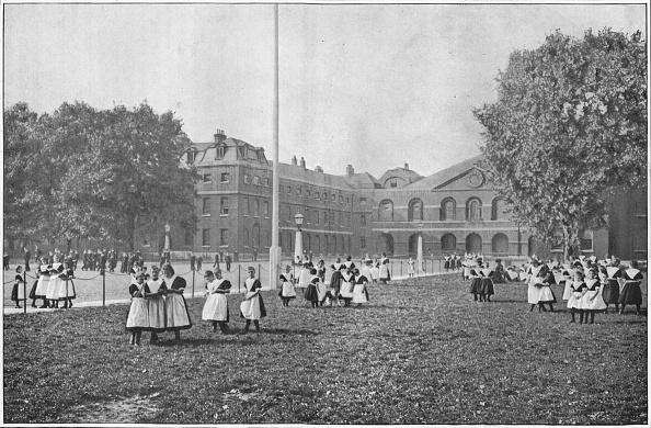 1900-1909「In the Foundling Hospital grounds, London, c1901 (1901)」:写真・画像(8)[壁紙.com]