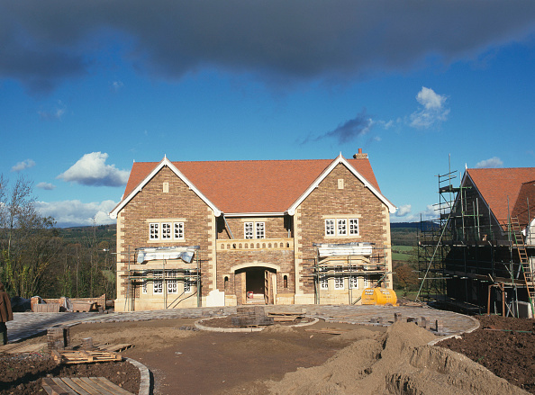 Brick Wall「Wales. Luxury housing development in 12 acres of parkland by regional developer Meadgate Homes overlooking countryside. Showhome under construction in parkland setting with rural countryside beyond.  Building nearing completion externally」:写真・画像(17)[壁紙.com]