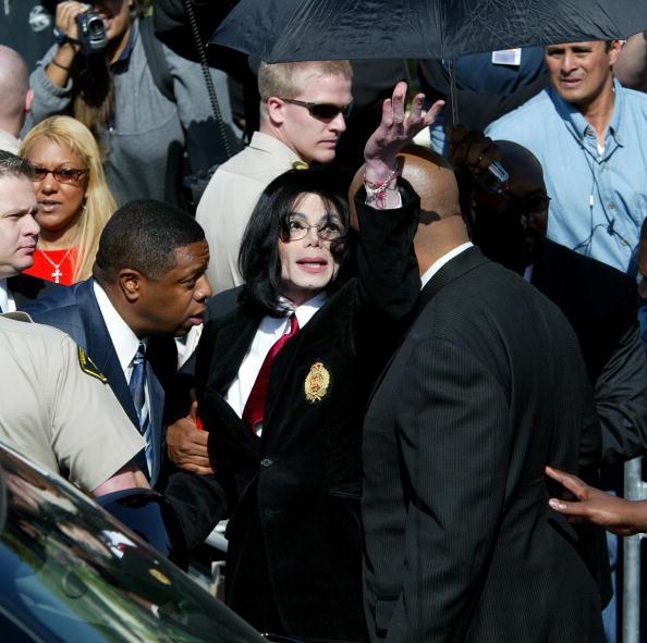 Leaving「Michael Jackson Arraignment on Child Molestation Charges」:写真・画像(5)[壁紙.com]