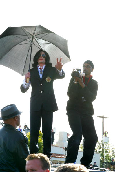 Binary Code「Michael Jackson's Arraignment Day」:写真・画像(2)[壁紙.com]