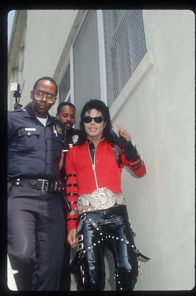 Gold Colored「Michael Jackson Visits His Old Elementary School」:写真・画像(19)[壁紙.com]