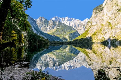 Ring of Kerry「Mountain lake surrounded mountain-range dramatic reflection」:スマホ壁紙(9)