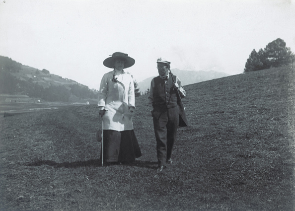 Classical Music「The Austrian composer Gustav Mahler and his wife Alma taking a walk nearby their summer residence in Toblach (today: Dobbiaco, Italien). Photograph. 1909.」:写真・画像(1)[壁紙.com]