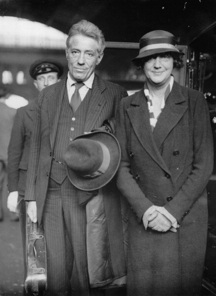 Violin「The Austrian violinist Fritz Kreisler and his wife Harriet Lies at their arrival in London/Victoria station. Photograph. Juni 1st 1934. (Photo by Imagno/Getty Images) Der österreichische Violinist Fritz Kreisler und seine Frau Harriet Lies bei ihrer Ankun」:写真・画像(19)[壁紙.com]