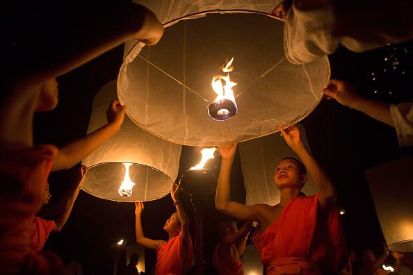 Taylor Weidman「Buddhists Gather For The Floating Lanterns Ceremony」:写真・画像(4)[壁紙.com]