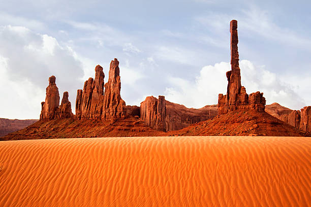 The Gossips and Totem Pole - Monument Valley:スマホ壁紙(壁紙.com)