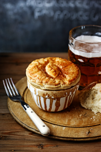 Bitter Ale「meat pie on bread board with pint of bitter」:スマホ壁紙(17)