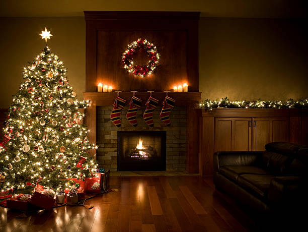 Adorned Christmas Tree, Wreath, and Garland Inside Living Room, Copyspace:スマホ壁紙(壁紙.com)