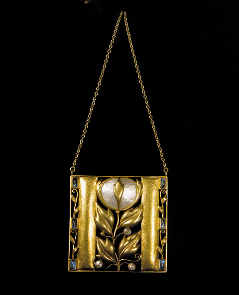 Wiener Werkstaette Style「Golden pendant designed by Josef Hoffmann. Made by the Wiener Werkstaette. Gold, mother-of-pearl, semi-precious stones. Photograph. Around 1910.」:写真・画像(9)[壁紙.com]