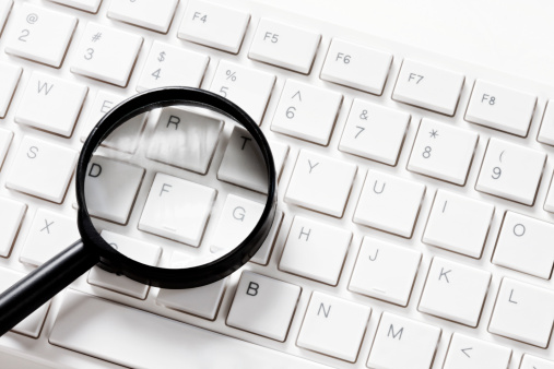 Approaching「Magnifying glass on computer keyboard」:スマホ壁紙(1)