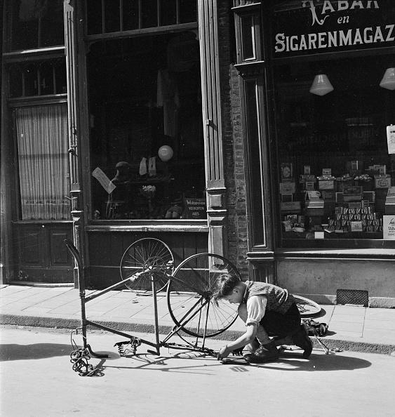 Douglas Miller「Repairing Bicycle」:写真・画像(2)[壁紙.com]
