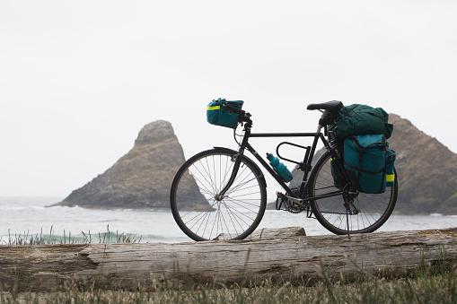 バックパック「Touring Bicycle With Full Bags On A Beach With Rock Formation In The Ocean In The Background; Heceta Head Oregon United States Of America」:スマホ壁紙(16)