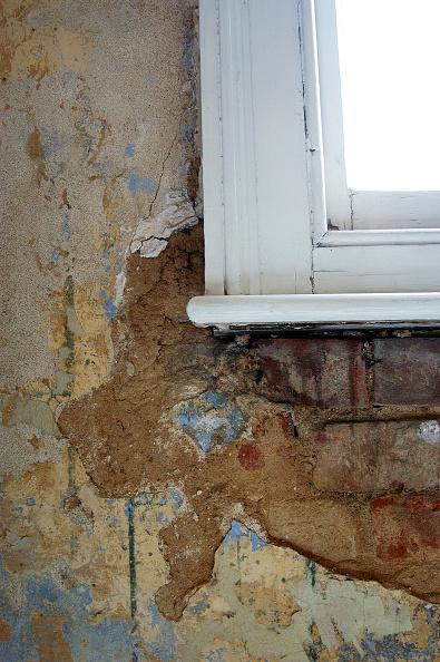 Danger「Damaged sash window with damp rising up and damaging plaster and bricks.」:写真・画像(6)[壁紙.com]