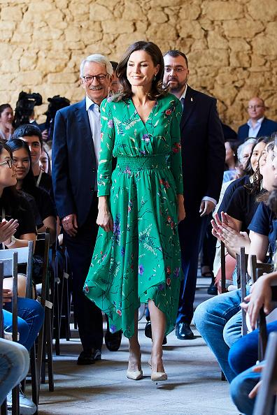 Print Dress「Queen Letizia Of Spain Attends Musical School Summer Courses Opening」:写真・画像(0)[壁紙.com]