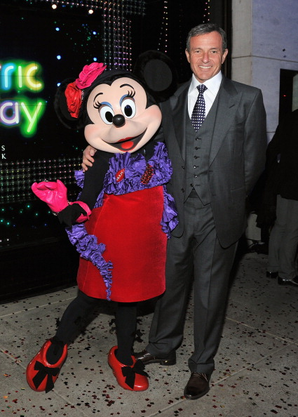 ボブ アイガー「Unveiling Moment At Barneys New York & Disney Electric Holiday Spectacular With Sarah Jessica Parker, Bob Iger, and Mark Lee」:写真・画像(14)[壁紙.com]