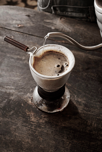 Unrecognizable Person「How To Make Drip Coffee」:スマホ壁紙(12)