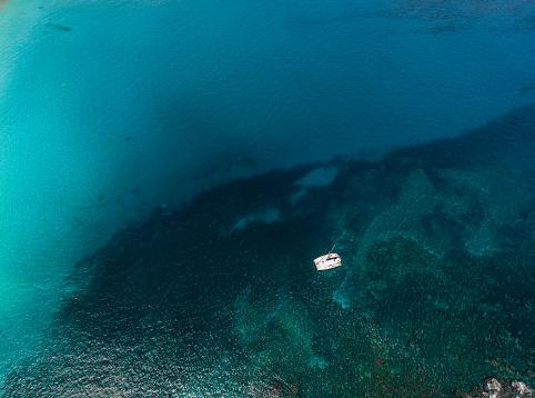 Waimea Bay「Catamaran boat anchored in Waimea Bay, Hawaii, America, USA」:スマホ壁紙(12)