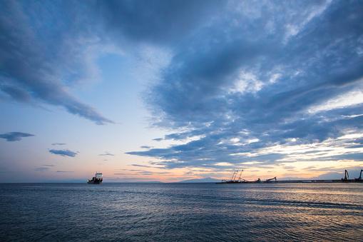 Halkidiki「Cargo boat arriving at pier at sunset」:スマホ壁紙(4)