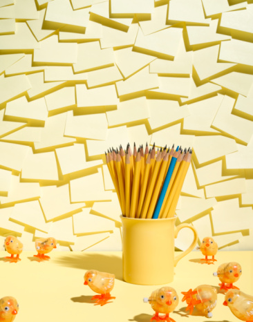 Adhesive Note「Wind-up chickens surrounding mug of pencils, with notepad background」:スマホ壁紙(0)