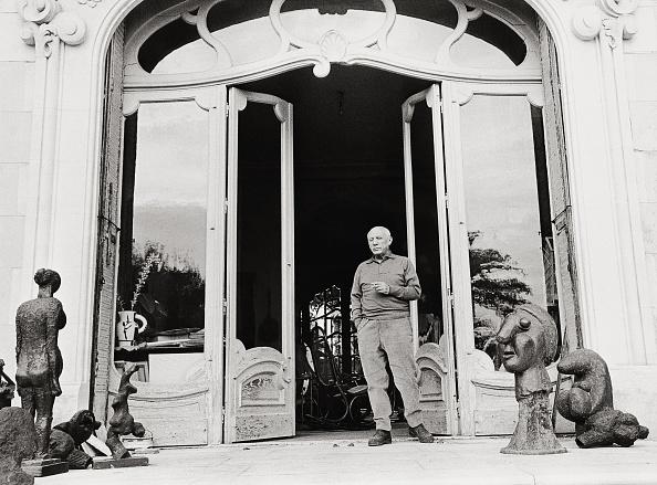 カンヌ「Picasso in front of his mansion」:写真・画像(13)[壁紙.com]