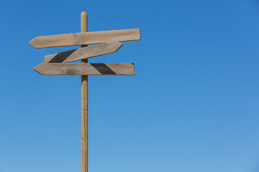 Wooden Post「Directional signpost against sky」:スマホ壁紙(3)